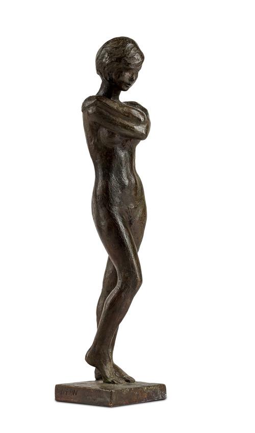 Stående kvinneakt med armene korslagt