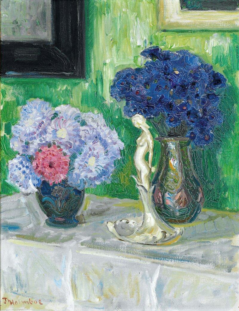 Oppstilling med blomstervaser og porselensfigur
