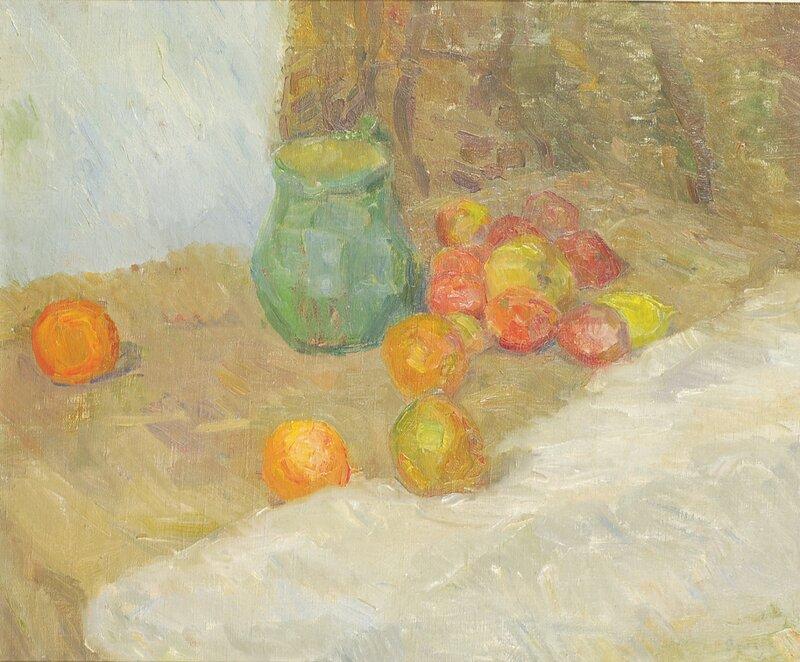Oppstilling med kanne og frukter