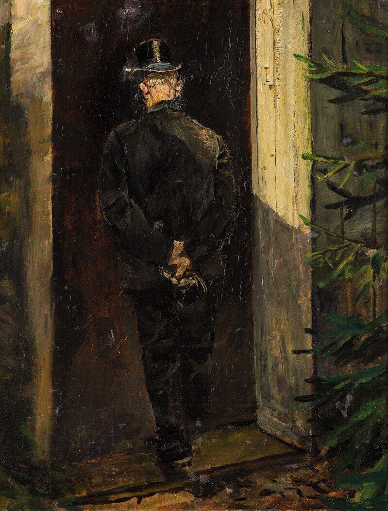 Mann med flosshatt i døråpning, sett bakfra
