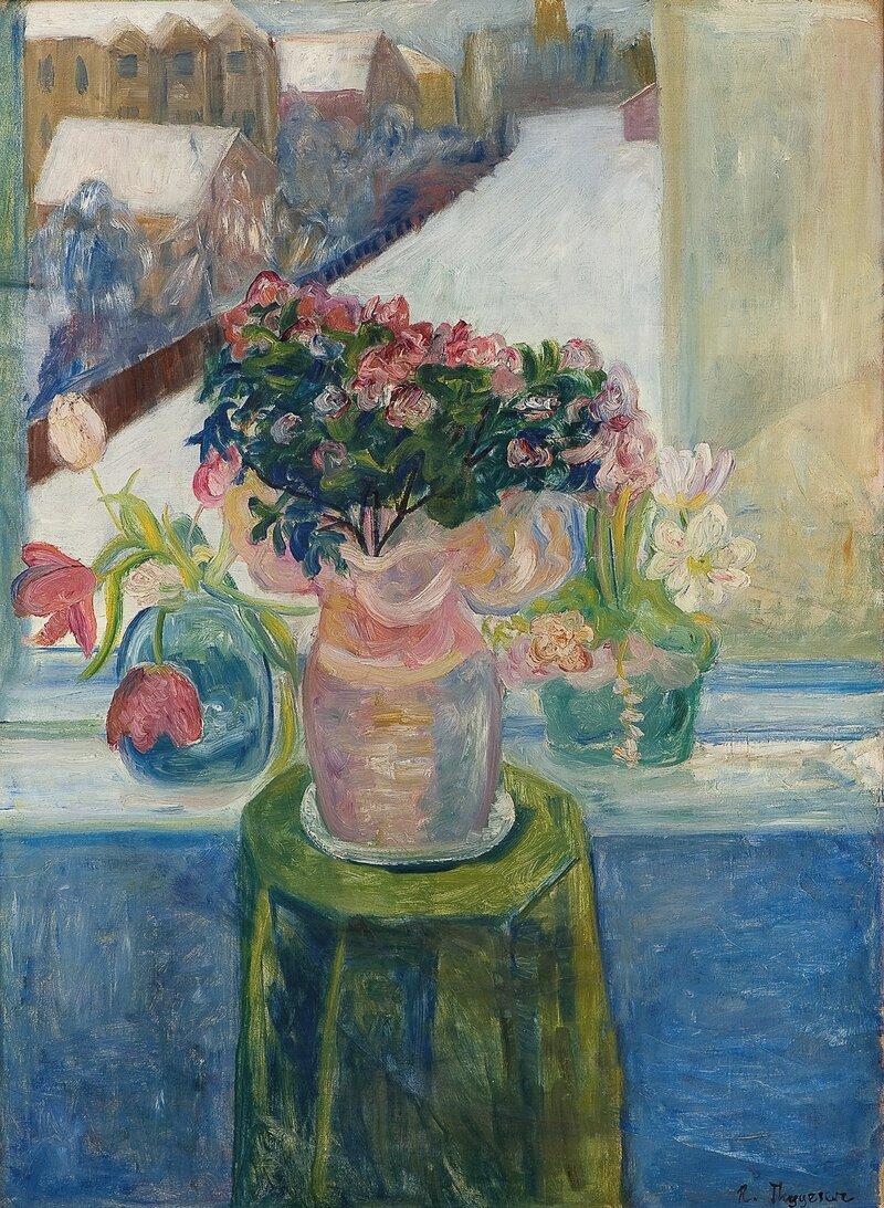 Oppstilling med blomster ved et vindu