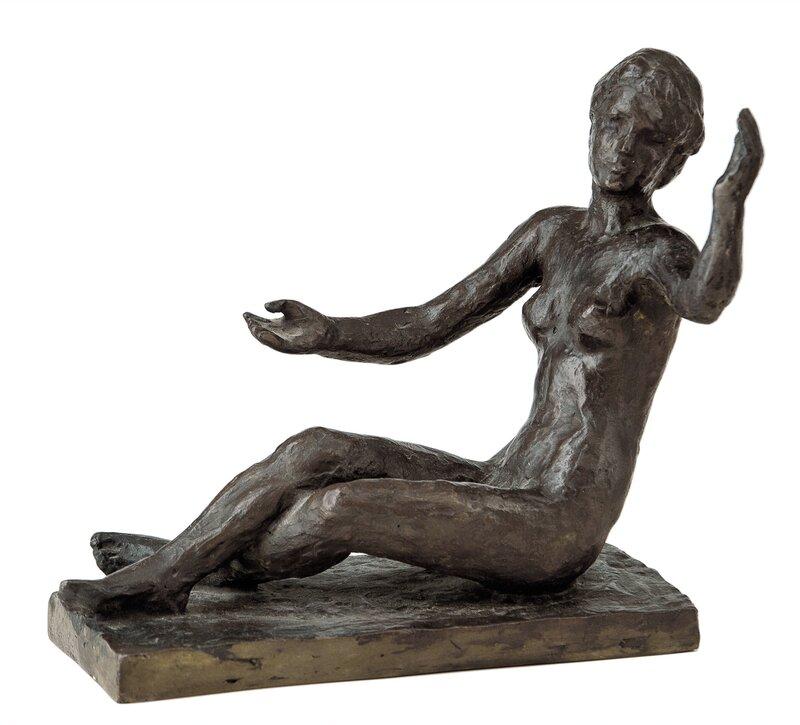 Sittende kvinne med hevede armer