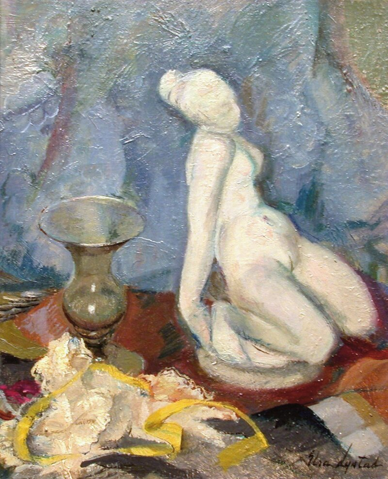 Oppstilling med skulptur og vase