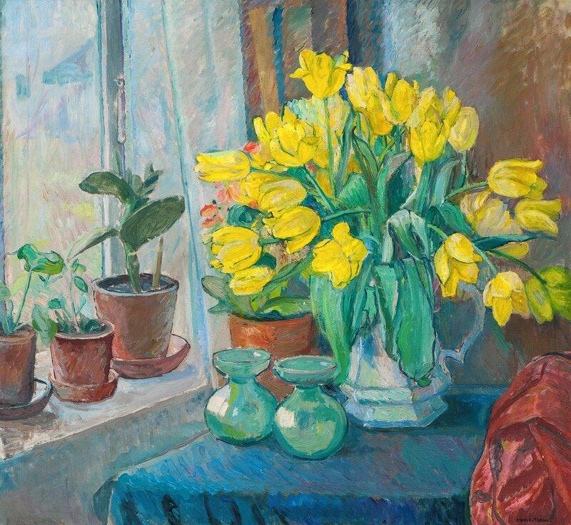 Oppstilling med gule tulipaner i mugge