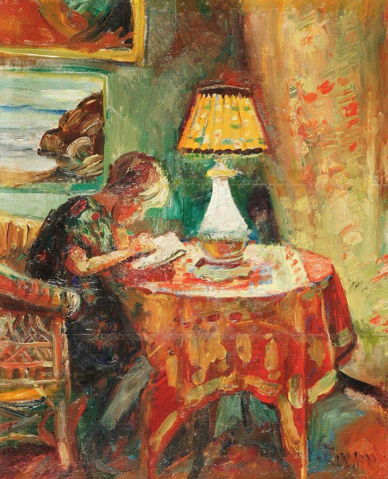 Interiør med lesende pike ved lampe